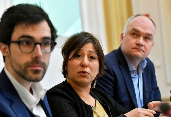 Groen-voorzitter Meyrem Almaci tussen Kamerlid Kristof Calvo (l.) en Vlaams parlementslid Bjorn Rzoska.