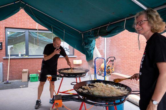 Aan de scoutslokalen wordt gekookt voor de wandelaars.