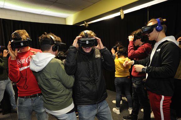 Leerlingen van het vijfde middelbaar van de school Virgo+ konden met de VR-bril de gevaren van spoorlopen ondervinden.