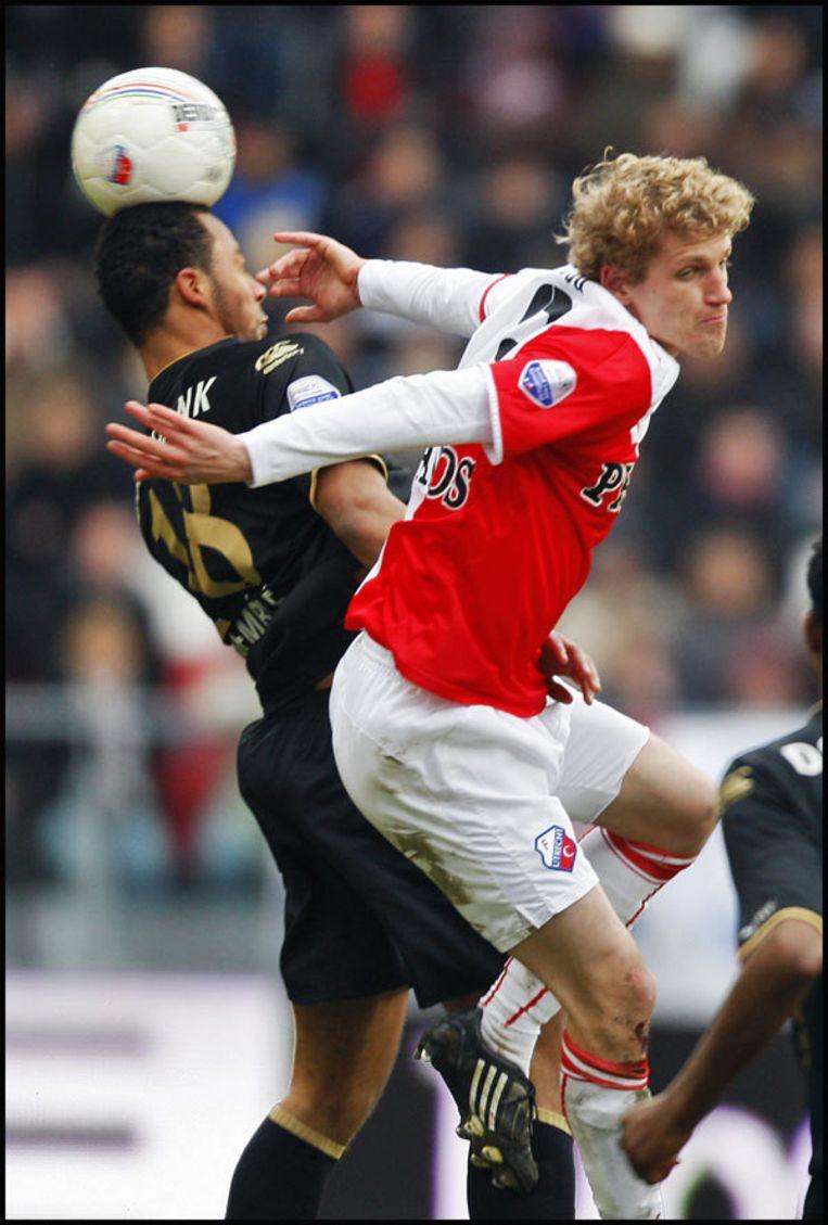 AZ-speler Moussa Dembele (L) in duel met Mihai Nesu. FC Utrecht speelt zondag in de eredivisie tegen AZ in Utrecht. Foto ANP Beeld