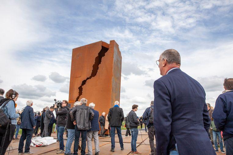 Voormalig Nationaal Coördinator Groningen Hans Alders bij het monument. Beeld Harry Cock