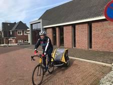 Burgemeester Berkelland brengt op racefiets koekjes langs bij stembureaus