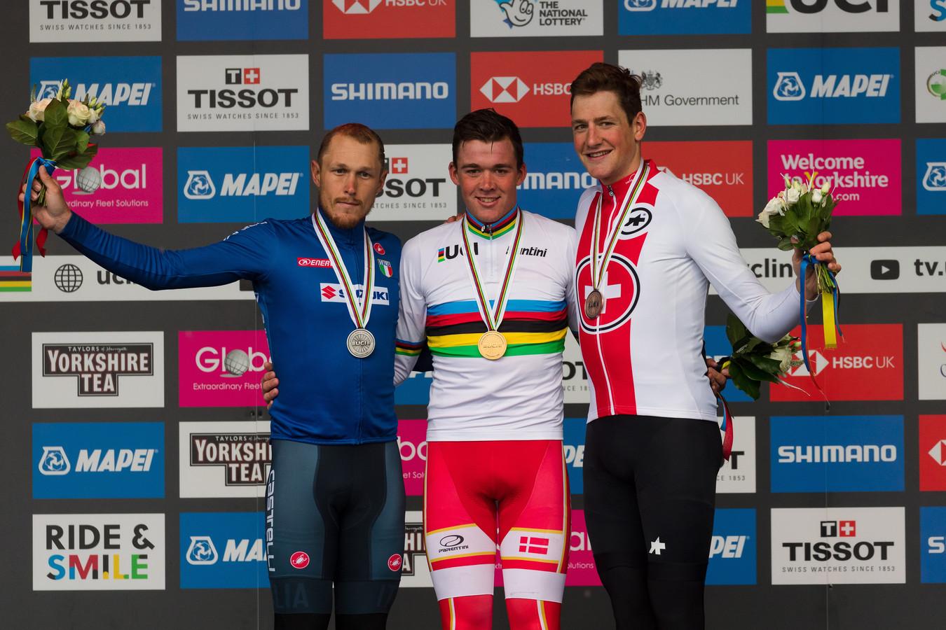 Wereldkampioen Mads Pedersen geflankeerd door Matteo Trentin en Stefan Küng op het WK-podium van vorig jaar.