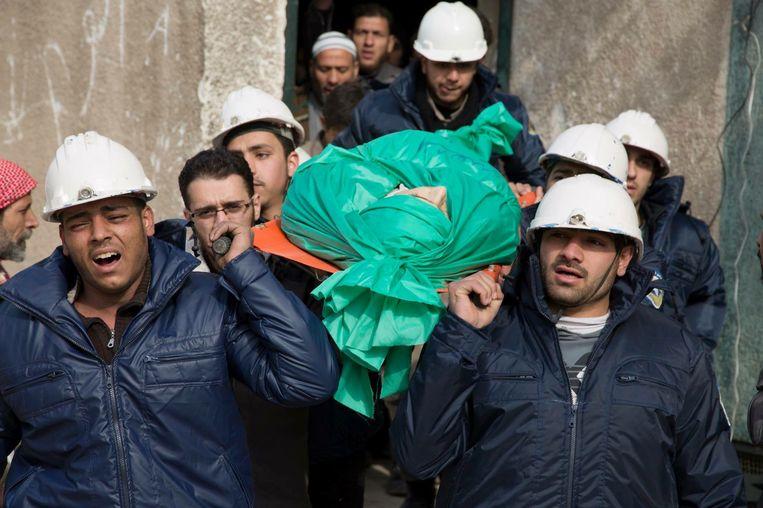 De Witte Helmen begraven een van hun collega's. Beeld AP