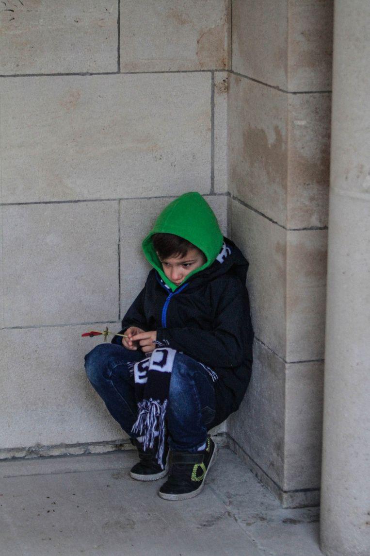 Een jongetje is zichtbaar onder de indruk ¿ of misschien nog een beetje moe op het vroege uur?