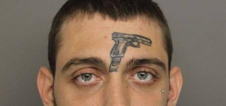 Wapenfreak met getatoeëerd pistool gepakt voor verboden wapenbezit