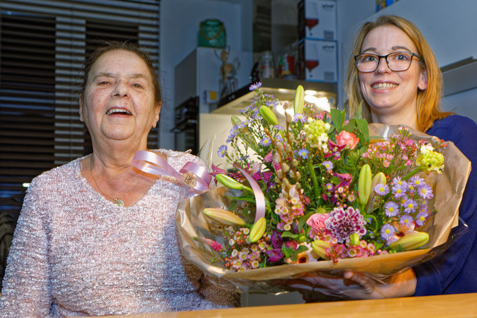 Annie Roovers bedankte Stephanie Haveman met een grote bos bloemen.