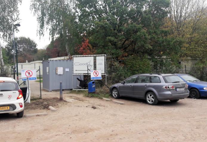 De aparte ingang voor het gedeelte van Droomgaard waar de chalets voor de arbeidsmigranten staan.