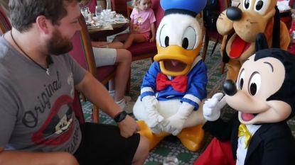 Stemacteur imiteert Mickey Mouse en Donald Duck waar ze bij staan