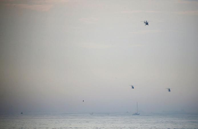 Begeleid door drie helikopters bereikt Franky Zapata (kleine stip boven zee) de Britse kust bij Dover.