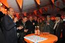 Wethouders en bewoners vieren de oplevering van de route Merwedestraat-Oranjelaan. Hierdoor kon één punt van de rotonde wel worden aangepast, de rest gaat nog niet door.