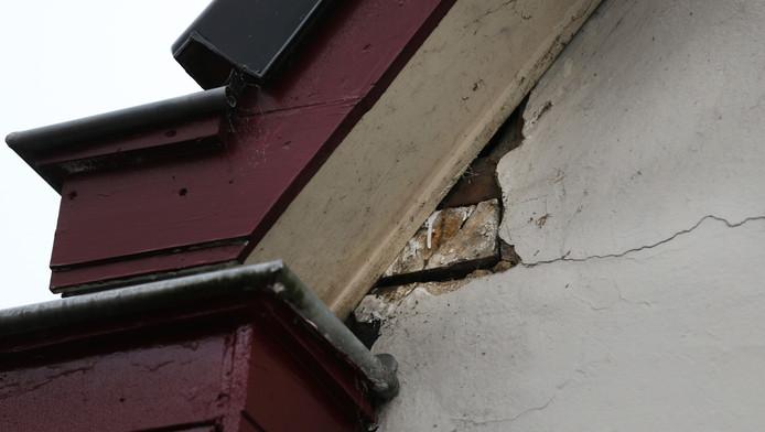 Schade aan een woning in Slochteren na een aardbeving.