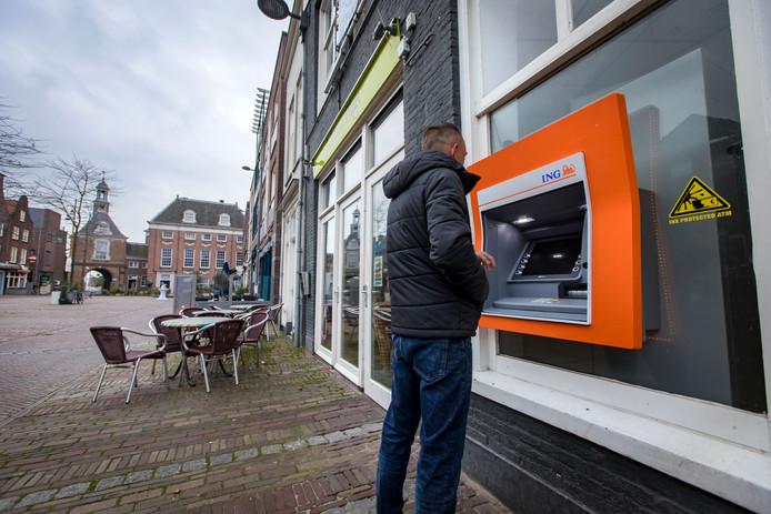 Geldautomaten krijgen vanaf volgend jaar allemaal hetzelfde uiterlijk. Onder meer de oranjegekleurde automaten van ING verdwijnen en maken plaats voor gele exemplaren.
