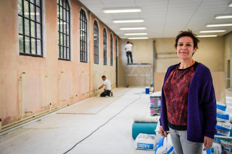 Directeur Elke Van Hoeymissen in de toen nog oude refter, die nu helemaal vernieuwd is.