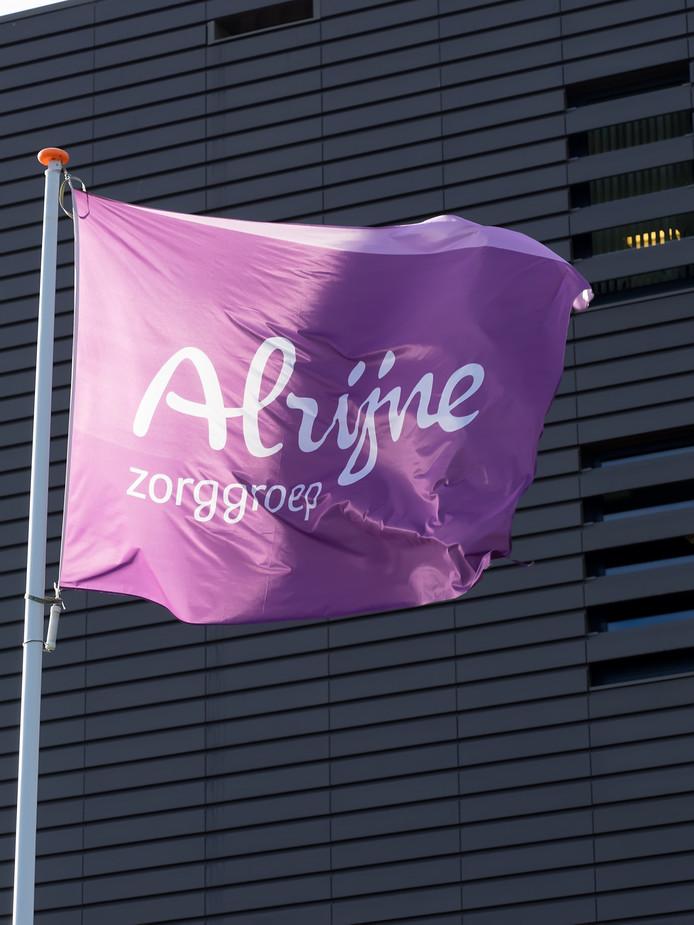 De vlag van Alrijne Zorggroep voor het voormalige Rijnland Ziekenhuis, Alphen aan den Rijn. VRIJ WERK FOTO MARTIN SHARROTT