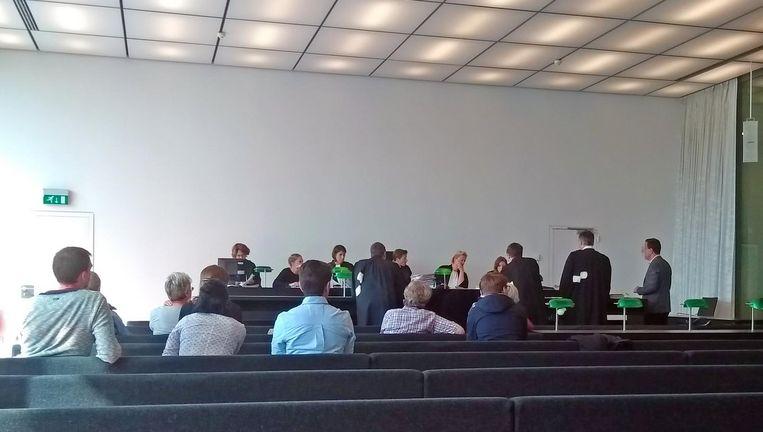 De Gentse advocaat Stany B. (uiterst rechts) en zijn tolk Kamil M. in de rechtbank.