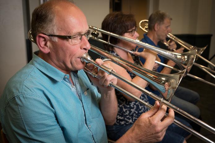Muzikanten van De Bergklanken - met Hennie Holtmaat op de voorgrond - repeteren voor Luttenberg Live.