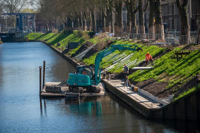Betonplaten worden neergelegd onderaan het talud langs de Zuid-Willemsvaart.