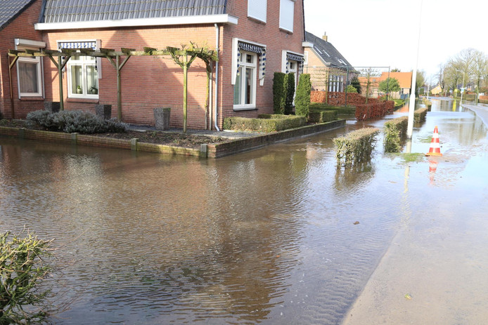 Wateroverlast in Someren na een gesprongen waterleiding.