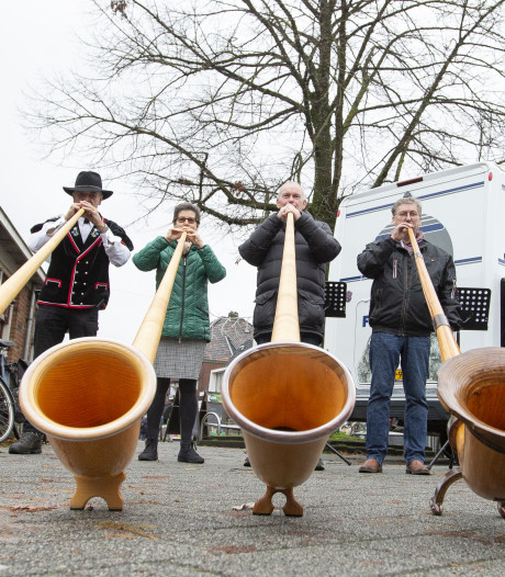 Alpenhoornblazers laten zich horen in Rijssen: 'Vorm van ontspanning, maar vooral ook van therapie'