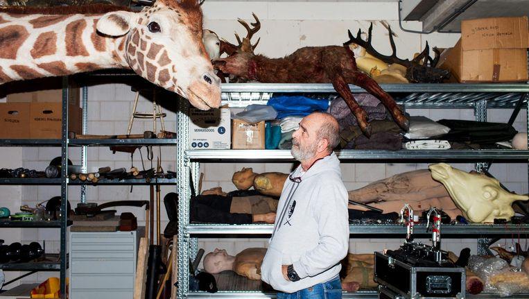 Rob Hillenbrink en zijn zelfgebouwde giraf: 'Met zo'n groot beest is latex handig, het moet tenslotte ook vervoerd kunnen worden' Beeld Renate Beense