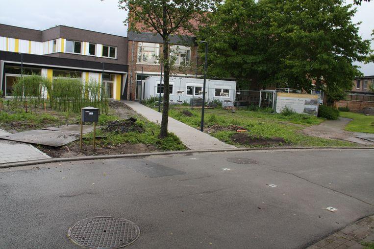 De brievenbus van de school in Leke is verplaatst naar de achterzijde, de vier gaten voor de paaltjes zijn al gemaakt.