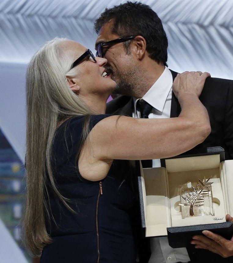 De Turkse regisseur Nuri Bilge Ceylan wordt gefeliciteerd door de voorzitster van de jury Jane Campion. Beeld afp