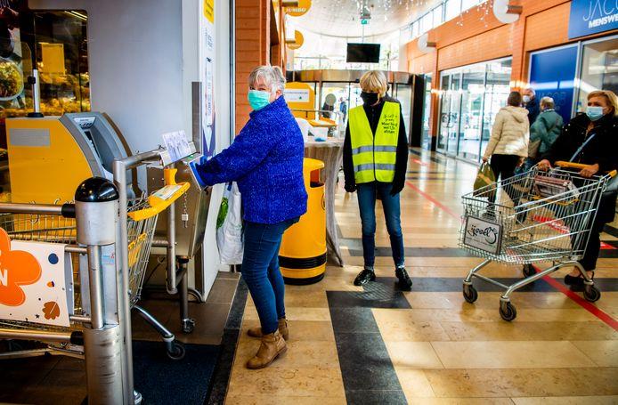 Een wasstraat voor winkelkarren bij de Jumbo in Nieuwerkerk aan den IJssel. Het maakt de winkelkarren schoon en ook gelijk de handen.