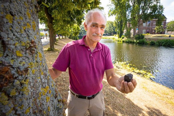 Deskundige Leo Kriegsman toont een meteoriet zoals die van Hasselt eruit zou kunnen zien.