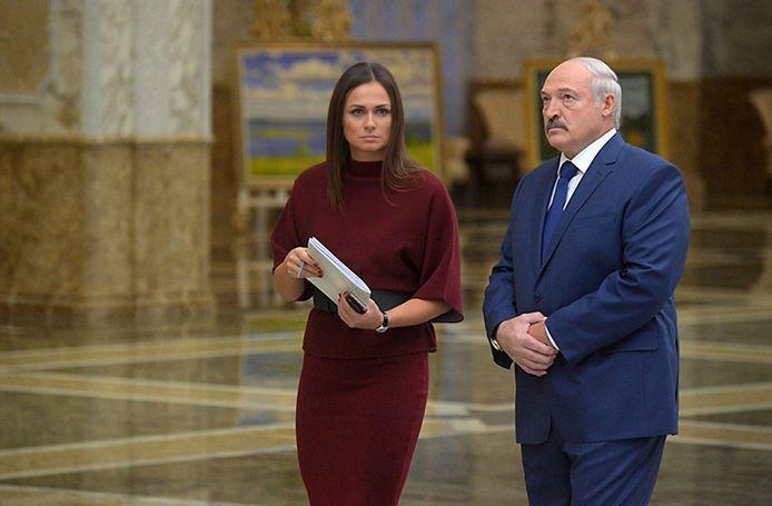 De Belarussische president Aleksandr Loekasjenko en zijn woordvoerster Natalja Eismont.