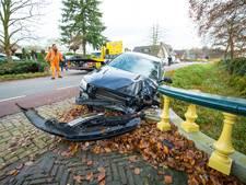 Automobilist raakt onwel en botst op monumentaal bruggetje in Heerde