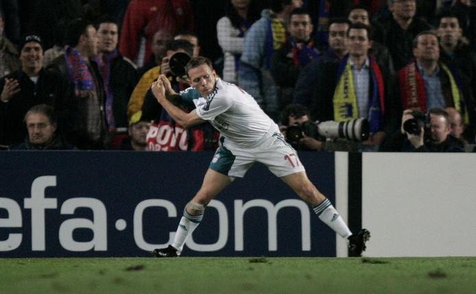Craig Bellamy viert zijn goal met het slaan van een golfclub tegen Barcelona, waarbij hij verwijst naar de beschuldigingen van zijn teamgenoot John Arne Riise.