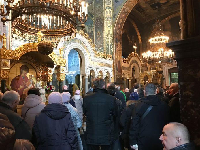 In Kiev is het buiten koud, maar ook in de kerk.  Dus jas aan en muts op.