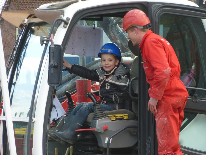 De 7-jarige Raphaël Stuivenberg mocht de kraan die de schroefpalen boort bedienen, als officiële starthandeling van de bouw van de Varikse Driehoek.