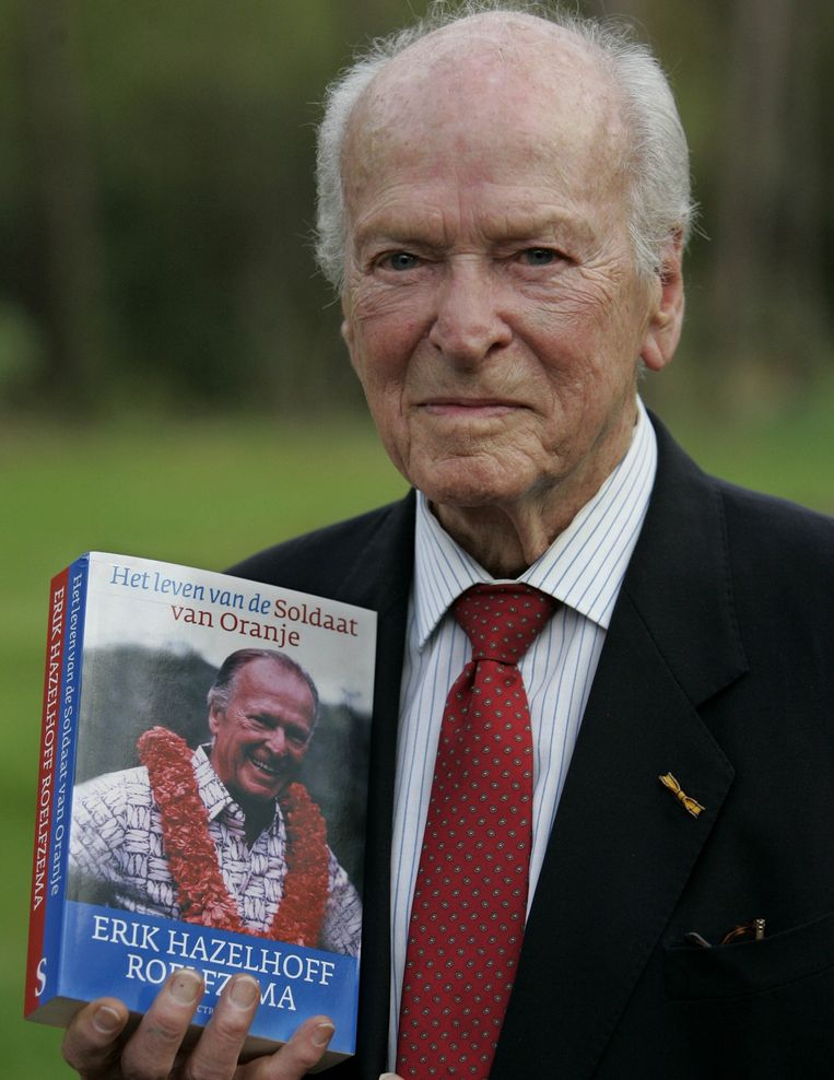 Erik Hazelhoff Roelfzema in Bosch en Duin met het eerste exemplaar van zijn boek Het leven van de Soldaat van Oranje. Beeld anp