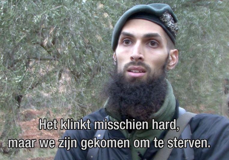 Een screenshot uit het tv-programma Nieuwsuur van afgelopen januari. De Nederlandse oud-militair Yilmaz geeft in Syrie onder meer trainingen aan tegenstanders van het regime van president Bashar al-Assad. Beeld ANP Communique
