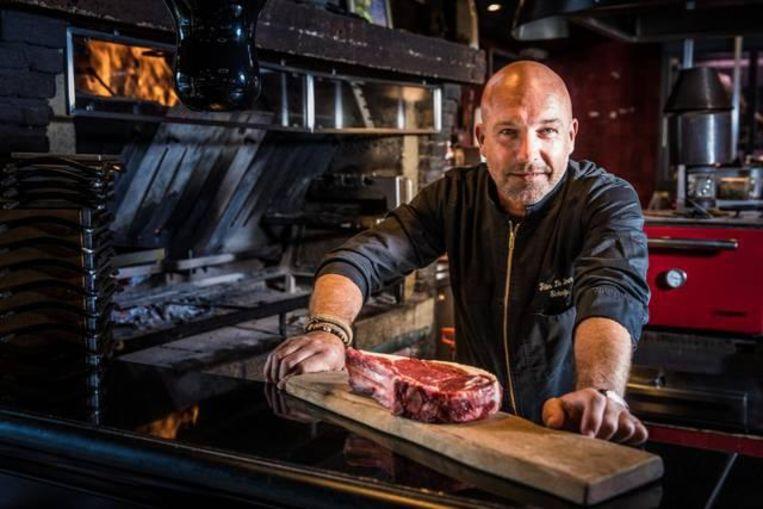 Peter De Clercq aan de grill van zijn restaurant Elckerlijc.