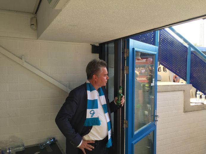De Graafschap-voorzitter Martin Mos geniet met een biertje van de promotie naar de eredivisie in 2018.