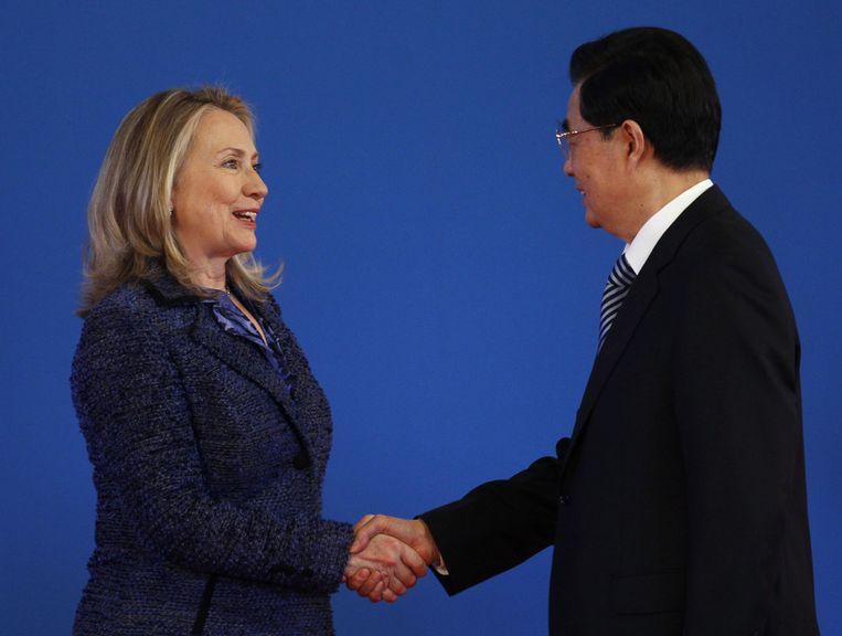 Hillary Clinton en Hu Jintao vanochtend in Peking. Beeld ap