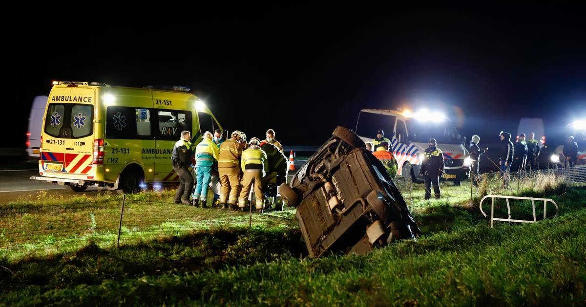 ME'ers die toevallig passeren helpen mensen na ongeluk op A73.