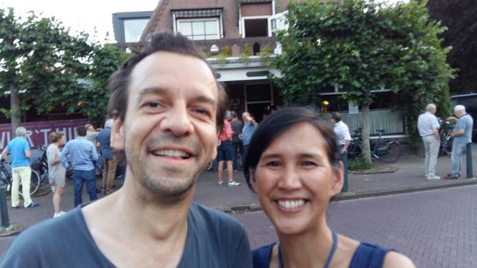 Maurice en Mabel Vermaes voor zaal Van Bracht. Even buiten bijkomen van de warmte in de zaal tijdens de pauze van concert Fay Claassen & Band.