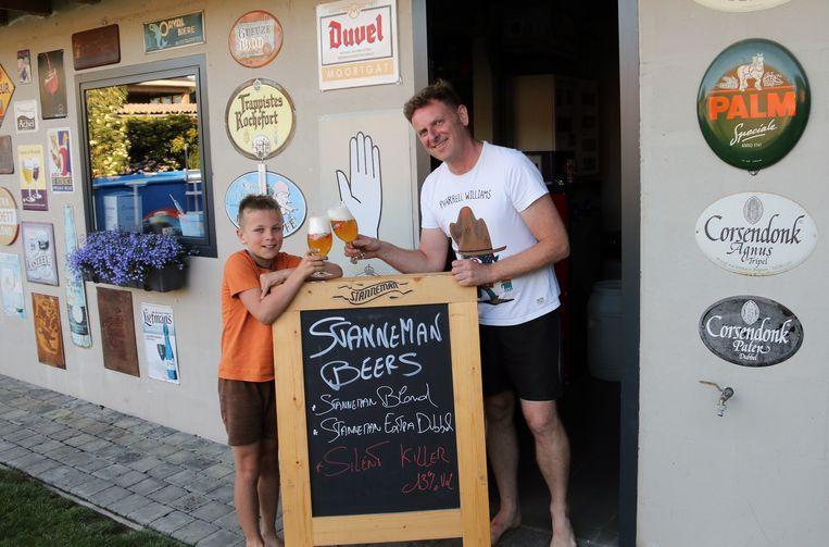 Erwin Vermeulen en zijn zoon Stan, naar wie het bier Stanneman vernoemd is. Om te proeven moet Stan nog enkele jaartjes wachten.