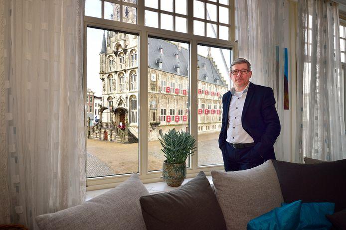 Hein Dessing heeft vanuit zijn woning boven juwelierszaak De Vooys aan de Markt misschien wel het mooiste uitzicht van Gouda.