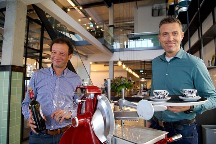 """Moes Hartman Kok (links) en Erwin Meijer zijn tevreden. """"Het werd nog drukker dan we verwachtten."""""""