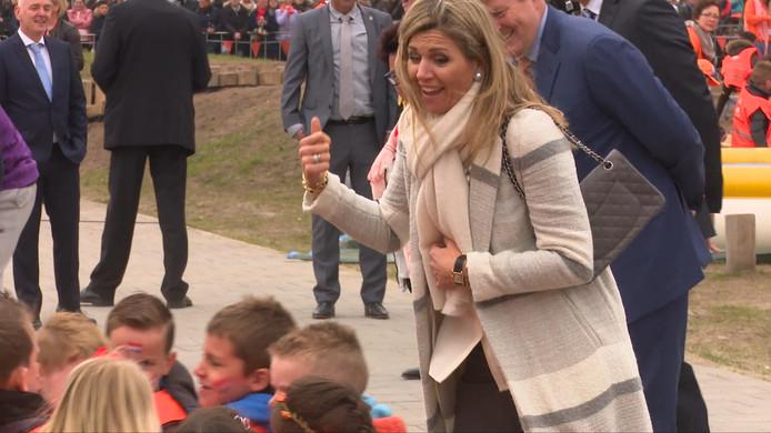 Koningin Máxima moedigt kinderen aan tijdens het sporten.