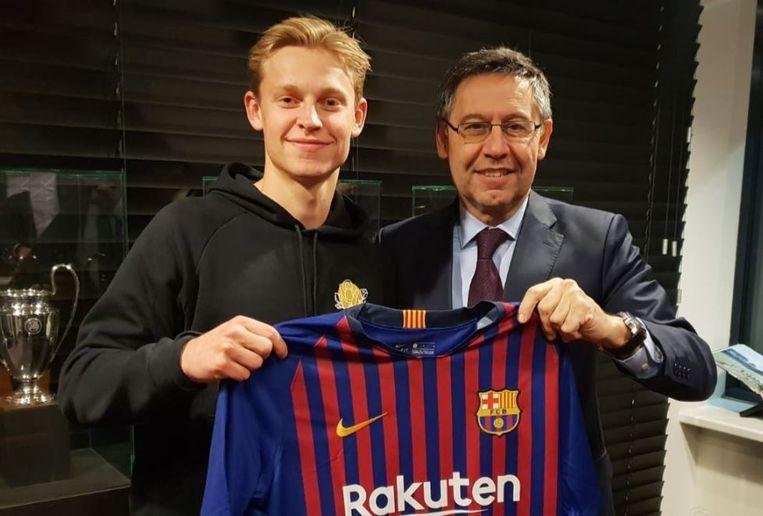Josep Maria Bartomeu, voorzitter van Barça, stelt De Jong voor.