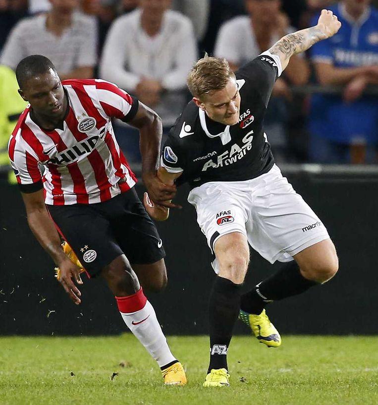 Jetro Willems in duel met AZ-speler Mattias Johansson. Beeld anp