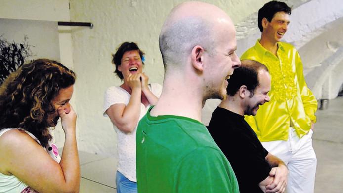 Workshop lachen. Geheel rechts Marnix Lamers.