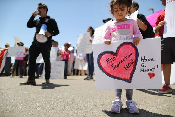 Demonstranten voor een migrantencentrum in Flint, Texas, waar kinderen worden vastgehouden. Archieffoto.