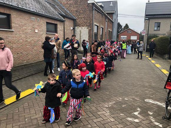 De leerlingen trokken verkleed door de Meerbeekse straten.